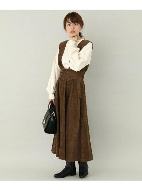 ブラウンのコーデュロイ素材のジャンパースカートのコーディネート画像