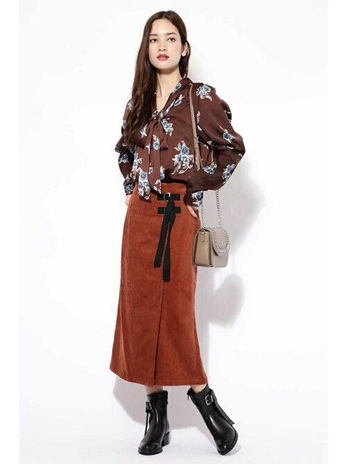 サイドベルト付きコーデュロイ素材タイトスカートのコーディネート画像