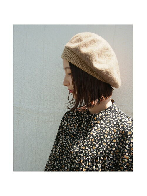 ベージュのウール混ベレー帽のコーディネート画像