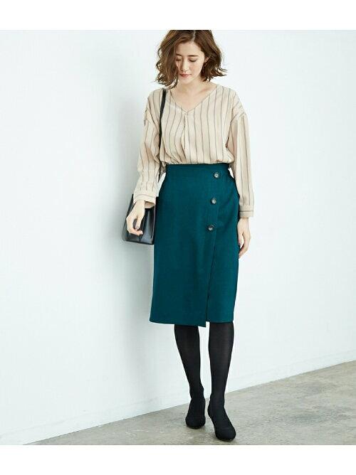グリーンのフロントボタンタイトスカートのコーディネート画像
