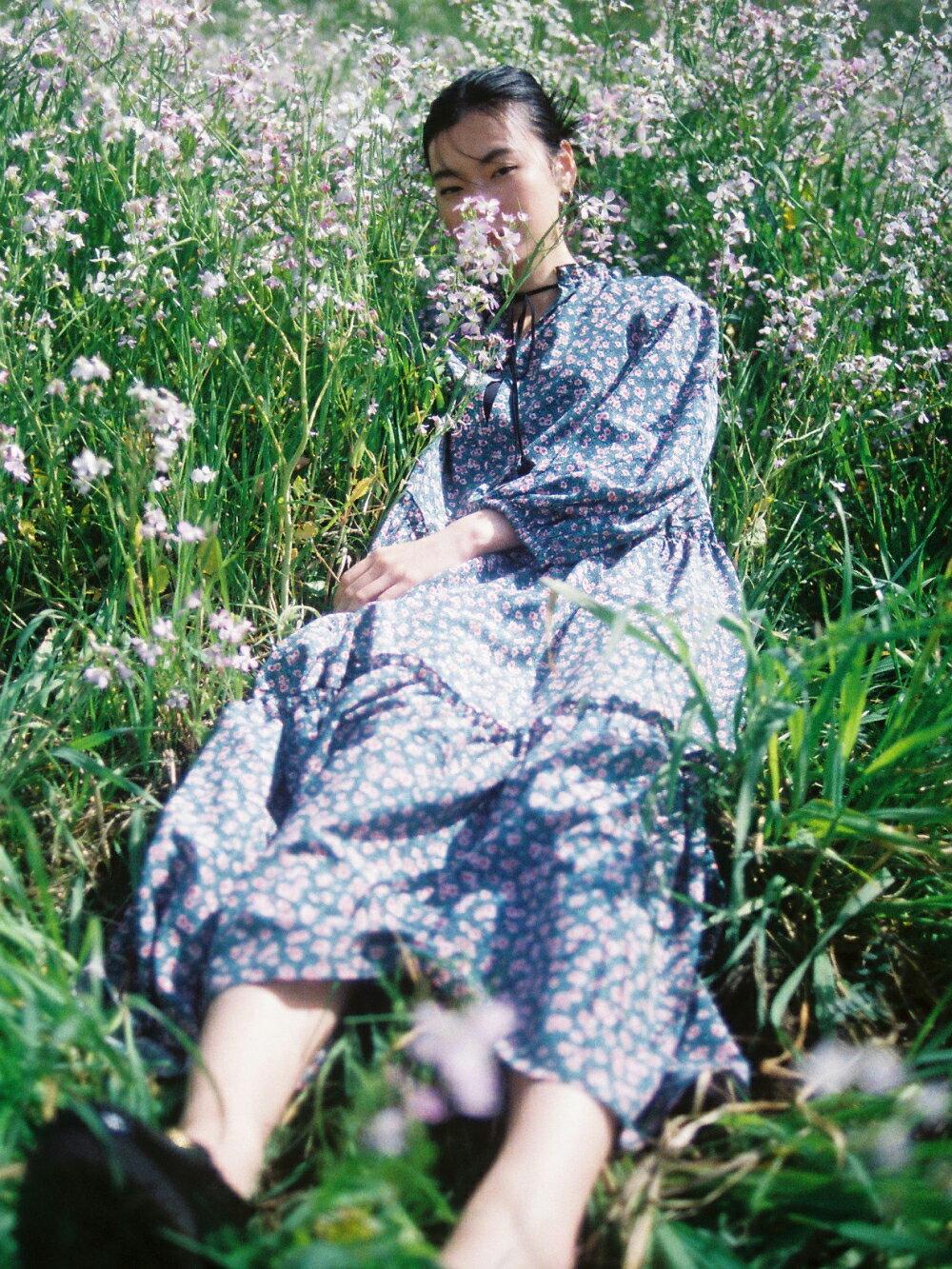 IENAの小花柄ワンピースのコーディネート写真